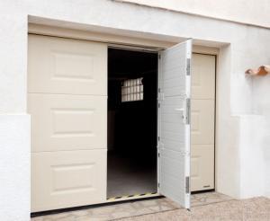 Photo Installation de portes de garage sectionnelles / motorisées